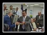 أ.د/ على شمس الدين - رئيس الجامعة يتسلم مصحف من أ.د/ غازي عصاصة - المدير التنفيذي للعلومات