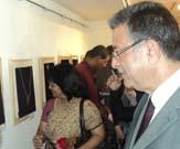 زيارة رئيس الجامعة لمعرض رؤى تشكيلية معاصرة للحلي المعدنية