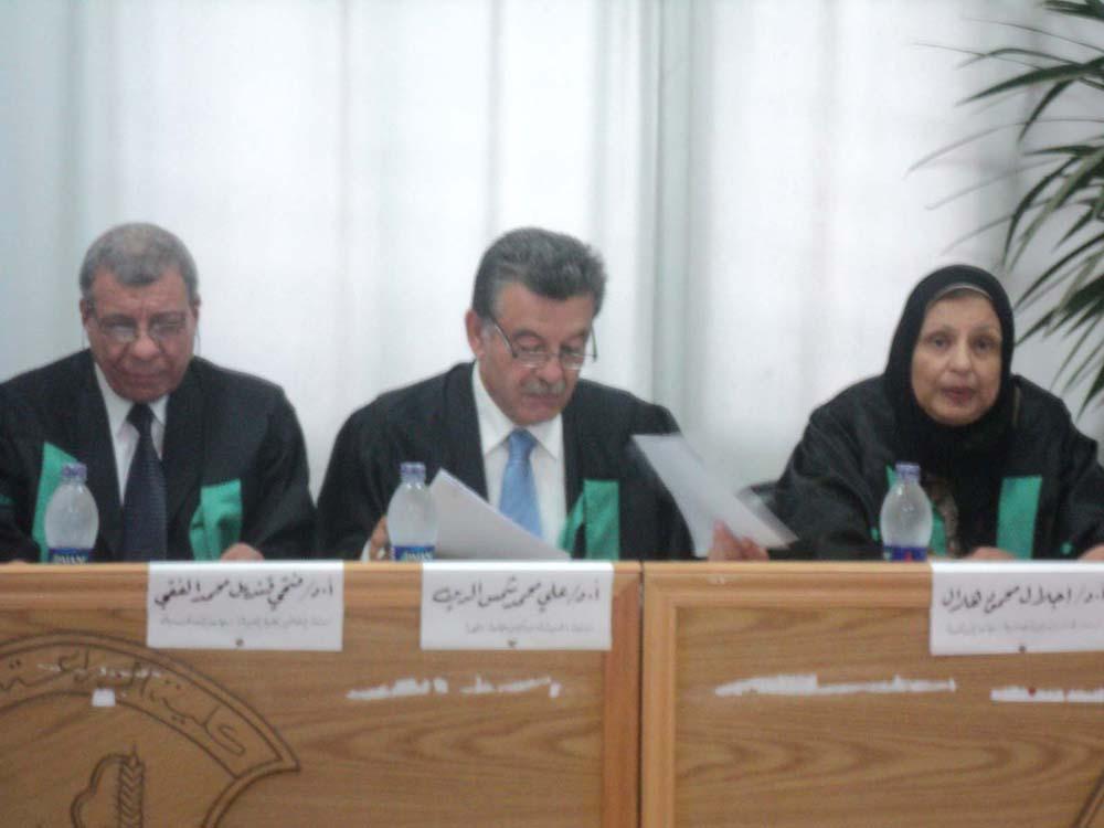 رئيس الجامعة يشرف على رسالة دكتوراه بكلية الزراعة