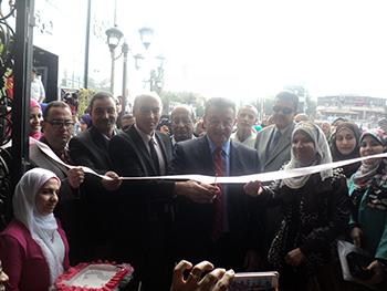 رئيس جامعة بنها ونائب شئون التعليم يفتتحان معرض التنغيمات الفنية للوحات المعدينة