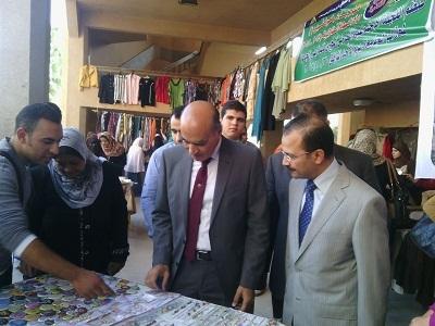 نائب رئيس جامعة بنها يفتتح المعرض الخيرى للملابس الجاهزة لطلاب الجامعة
