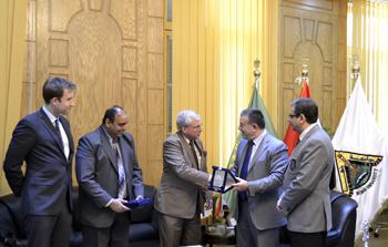 Le président de l'Université de Benha reçoit une délégation de l'ambassade américaine