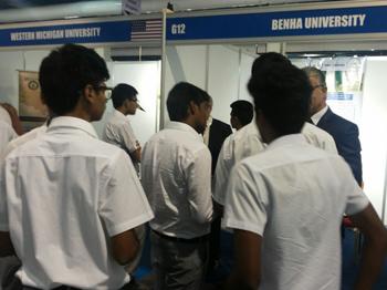 إقبال كبير على جناح جامعة بنها في معرض التعليم العالي بعمان