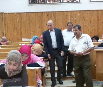 نائب رئيس جامعة بنها لشئون التعليم يتفقد امتحانات الفصل الدراسى الثانى بكليات الجامعة