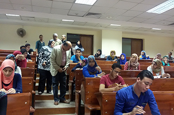 أ.د/ سليمان مصطفي يتفقد سير امتحانات الفصل الدراسى الثانى بكليات الجامعة