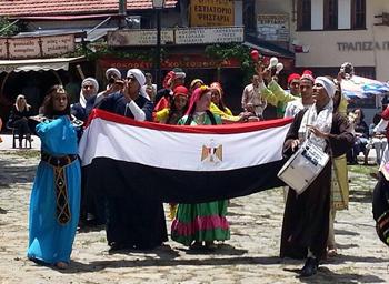 Les étudiants de l'université de Benha lèvent le drapeau égyptien au Premier Festival international de folklore populaire en Grèce