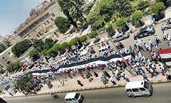 مسيرة جامعة بنها تصل لمحافظ القليوبية لتهنئته بإفتتاح قناة السويس