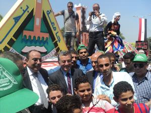 رئيس جامعة بنها والطلاب يشاركون محافظ القليوبية الأحتفالات بالعيد القومي