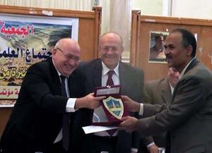 مبروك ... أ.د/ زكريا هميمي يحصل على درع الجمعية الجيولوجية المصرية