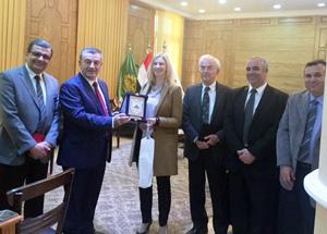 Le président de l 'Université de Benha discute les aspects de la coopération scientifique avec l 'ambassade d 'Allemagne