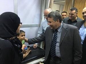 رئيس جامعة بنها يتفقد المستشفى الجامعى ويوزع العصائر والحلوى على المرضى خلال إحتفالات أكتوبر