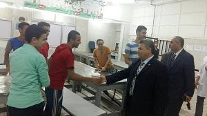 رئيس جامعة بنها يفاجئ المدينة الجامعية بشبرا ويتفقد المطاعم ويلتقى بالطلاب
