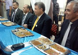 رئيس جامعة بنها يتناول طعام الغداء وسط طلاب المدينة الجامعية بمشتهر