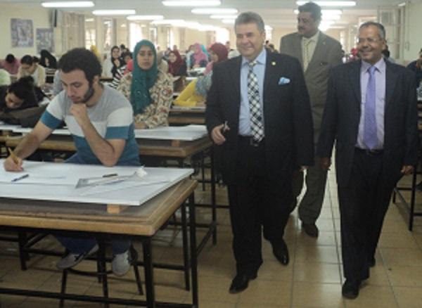 رئيس جامة بنها وسط طلاب هندسة شبرا