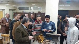 Le président de l'Université de Benha inspecte les créations de la faculté des Arts Appliqués