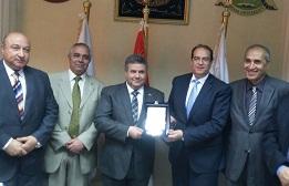 Le professeur Elsayed Elkaddi Président de l'Université de Benha honore Docteur Shaarawi à Benha