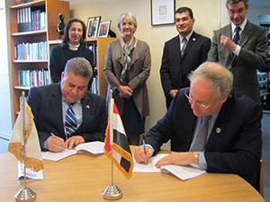 Le professeur Elsayed Elkaddi signe un protocole d'accord entre l'Université de Banha et l'Université Britannique de Surrey qui occupe la cinquième place dans la liste des universités britanniques.