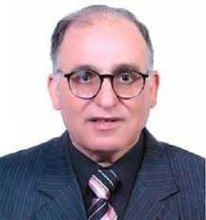 En marge de la célébration de la fête de la science : le professeur Elsayed Elkaddi – Président de l'Université de Benha tient à féliciter le professeur Maher Khalil pour son obtention du Prix des sciences agricoles.