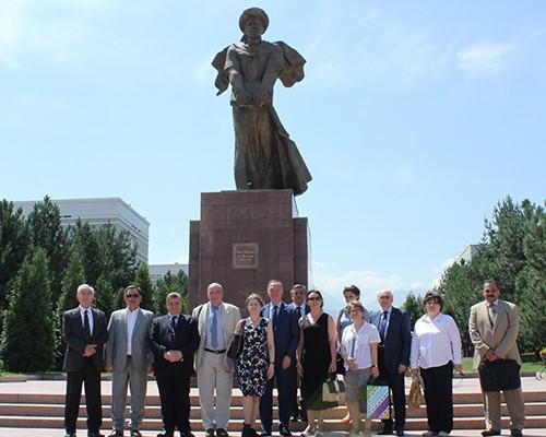 Le professeur Elsayed Elkaddi dans une visite au campus de l'Université nationale de Al Farabi au Kazakhstan.