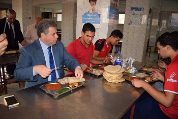 رئيس جامعة بنها يتفقد المدن الجامعية ببنها ويتناول الغذاء وسط الطلاب