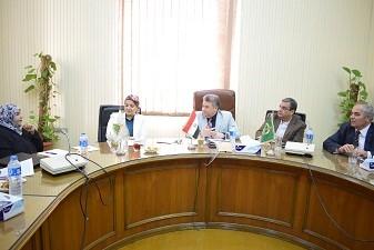 Dans sa réception de l'attaché culturel omanais au Caire, le professeur Elsayed Elkaddi dit : Une rencontre périodique avec les étudiants omanais à l'Université de Benha.