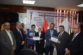 100 étudiants de la faculté de médecine et de soins infirmiers de Benha dans le cadre de l'Initiative pour la jeunesse et la population et la santé