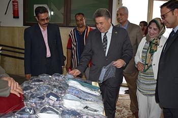 القاضي يفتتح معرض ملابس جامعة بنها