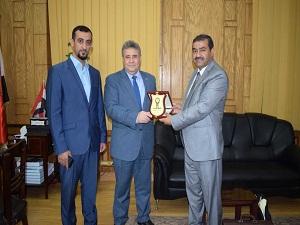 القاضي يستقبل وفد الطلاب العراقيين ويتلقي درعاً من جامعة تكريت
