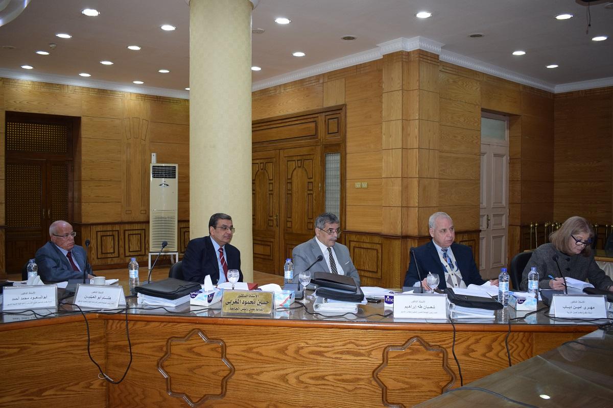 لجنة اختيار عميد تربية بنها تلتقي بالمرشحين