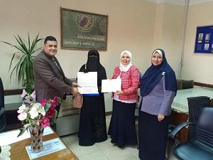 وكيل طب بنها يكرم طالبة فازت بالمركز الأول علي مستوي الجمهورية في القرآن الكريم