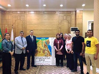 طلاب آداب بنها يهدون رئيس الجامعة أول خريطة مجسمة لمصر ضمن مشروعات التخرج