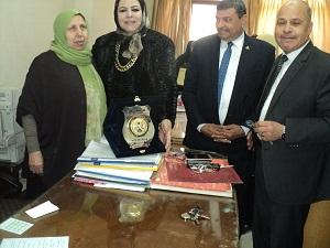 أمين عام جامعة بنها تكرم مديرة إدارة الاستحقاقات بالجامعة لبلوغها سن المعاش