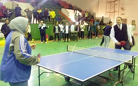 رئيس جامعة بنها يفتتح اليوم الرياضى الترفيهى ويشارك فى مبارة تنس طاولة
