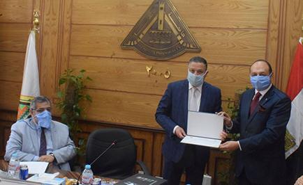 جامعة بنها تكرم رئيس قسم المساحة بكلية الهندسة بشبرا