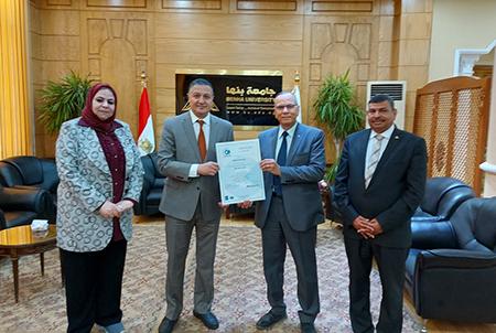 رئيس جامعة بنها يتسلم تجديد شهادة الجودة أيزو 9001 - 2015 بعد اعتمادها