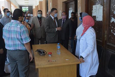 رئيس جامعة بنها يتفقد امتحانات الفصل الدراسى الثاني بكليتي الحقوق والتربية